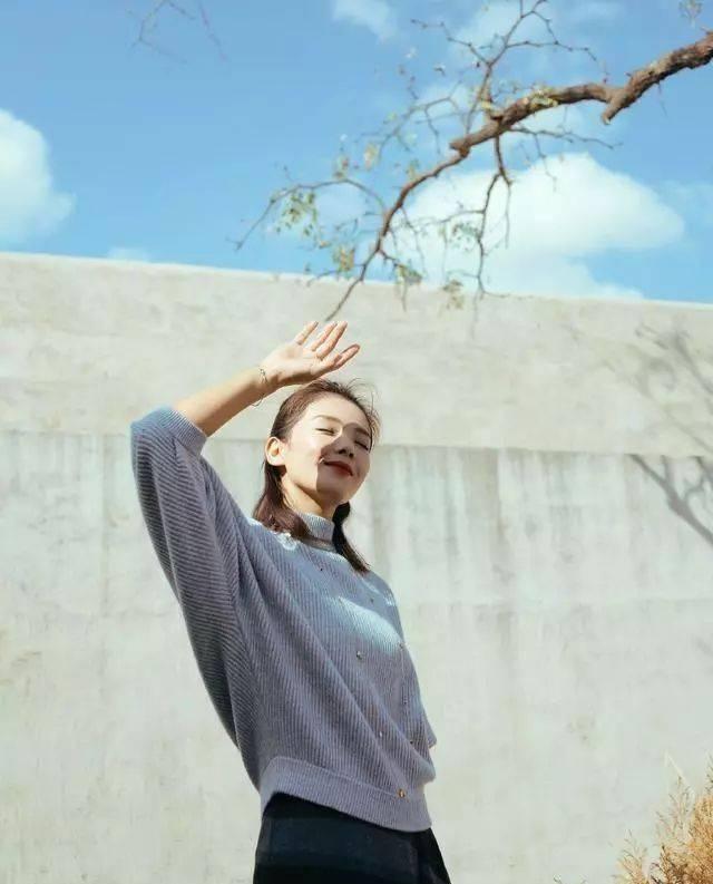 """刘涛也是有新意,条纹""""披肩""""当半身裙穿,配灰色针织衫简约知性"""