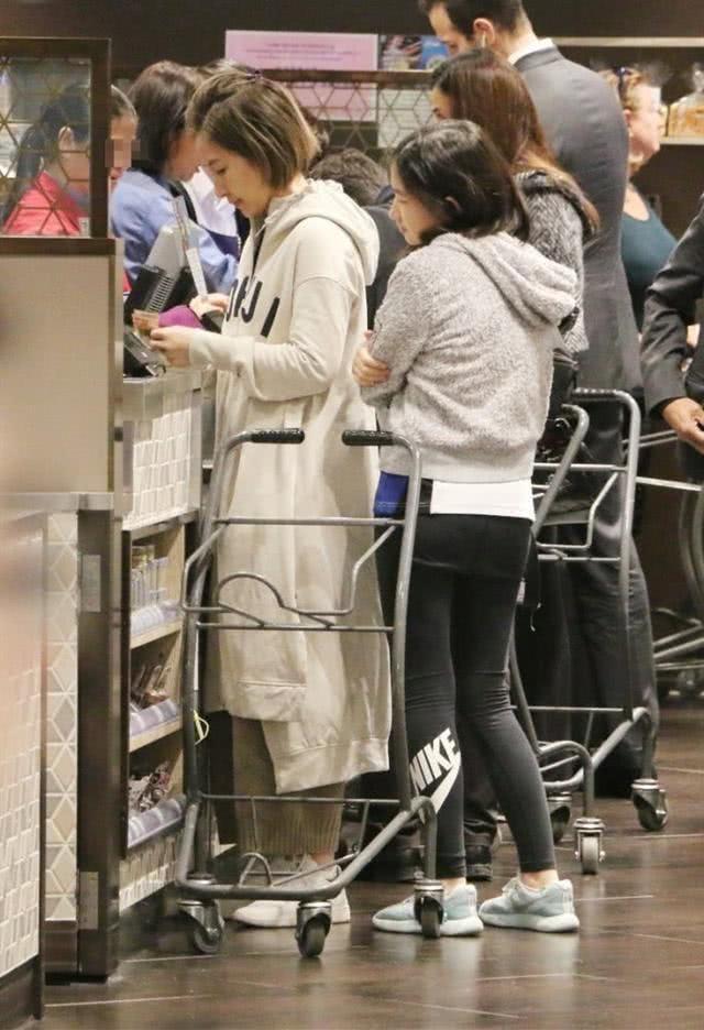 [林志颖素颜近照素颜照]55岁关咏荷近照曝光,带14岁女儿超市购物,素颜打扮无人认出_【快资讯】
