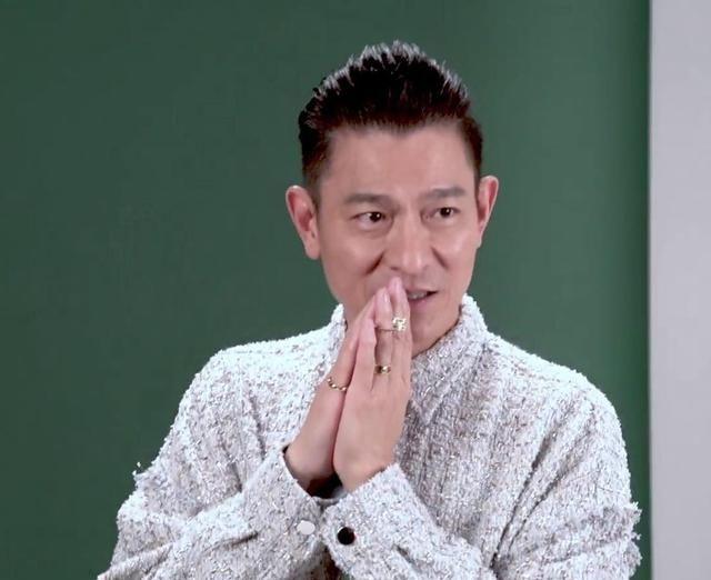 57岁刘德华最新海报曝光,戴皇冠眼神凌厉,像小伙子一样单手支撑