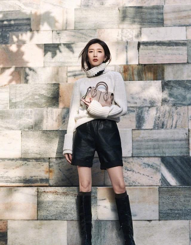 江疏影时尚摩登造型出席时装周,小露超模漫画腿