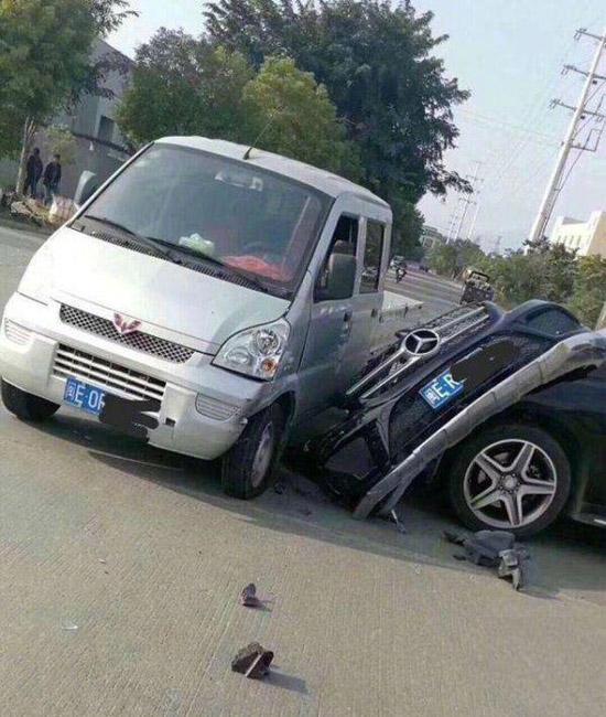 搞笑:霸气的车祸现场,无敌神车,五菱宏光!