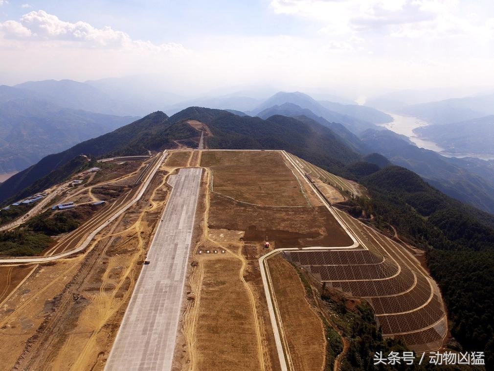 """重庆巫山削平一座山建中国最美""""云端航母""""机场"""