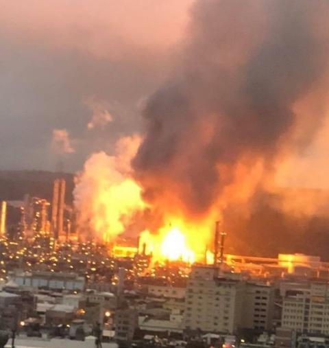 台湾一炼油厂发生爆炸烈焰冲天