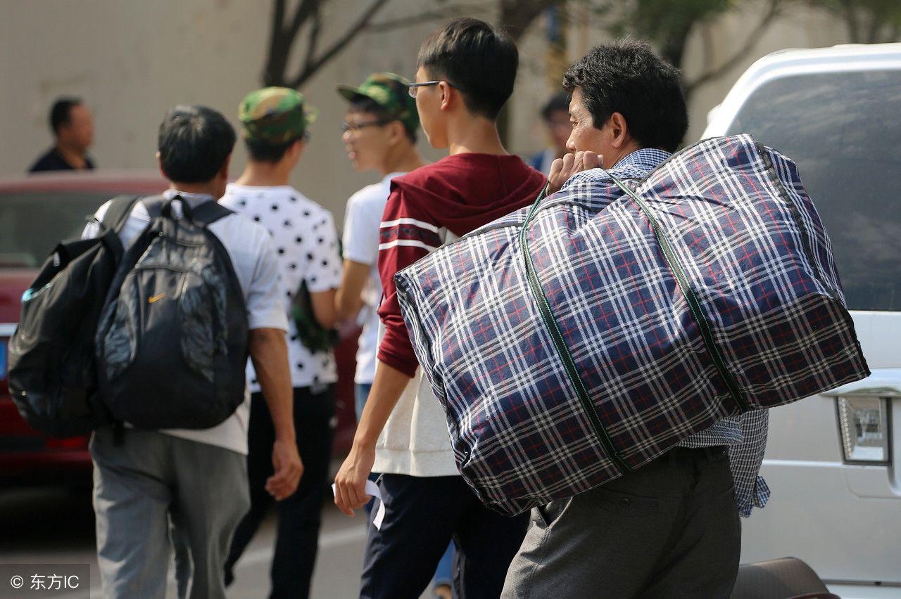 大学新生入学,最重行李永远在父母肩上,16个感人瞬间催人泪下