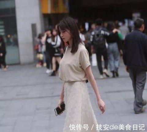 『美女』街拍:丹唇外朗的美女,一件浅色一字肩配牛仔热裤,青春活力气质