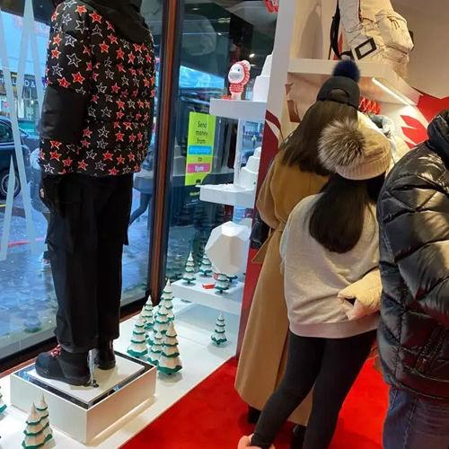 [李湘减肥又发福]李湘现身英国度假又发福了不少,全程购物不