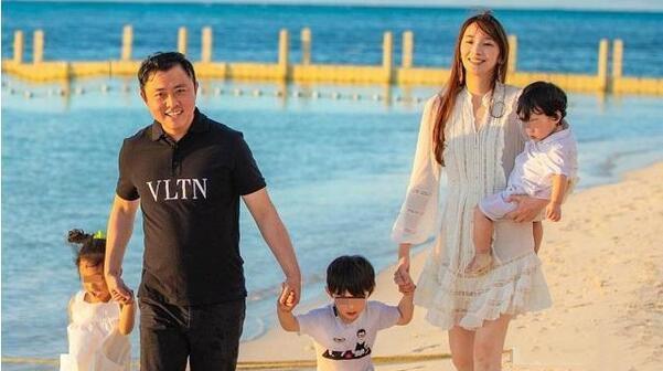 吴佩慈四年连生三胎,如今再度怀孕,网友:有名分了就不生了!