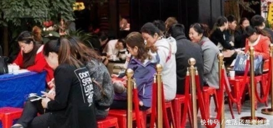 母女去吃暖锅 孩子专点两个菜 店东拿到菜单后 坚强报了警
