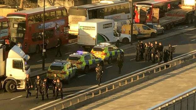 英国警方制服暴徒后近距离开枪将其击毙 中方回应