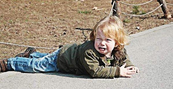 """3岁孩子换鞋摔倒,这位爸爸的做法,感觉孩子是""""充话费送的"""""""