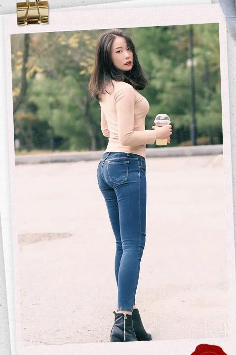 『展现出』牛仔裤百搭又时尚,简约却不简单,展现出自己的个性