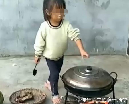 网站公告:山里小女孩午饭煮了一大锅,揭开锅盖那一刻,我的眼泪根本止不住