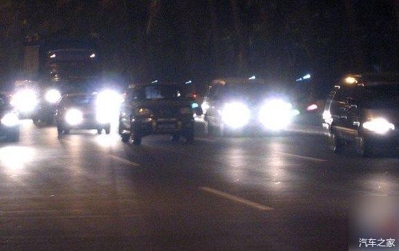 开着远光■晚上在高速上行车开近光灯?不说你都不行!老司机:真不懂开车?