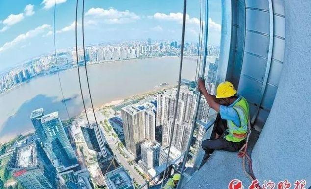 328米河西第一高楼钢结构即将完工,600多名工人高温下坚守