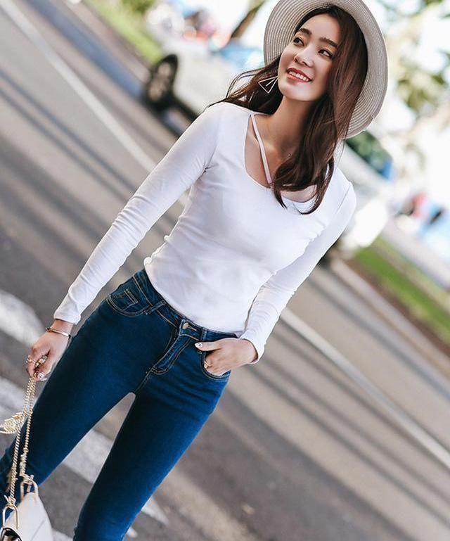 街拍:穿牛仔裤的女孩展现出女人青春活力,清新淡雅,甜蜜的气质插图(7)