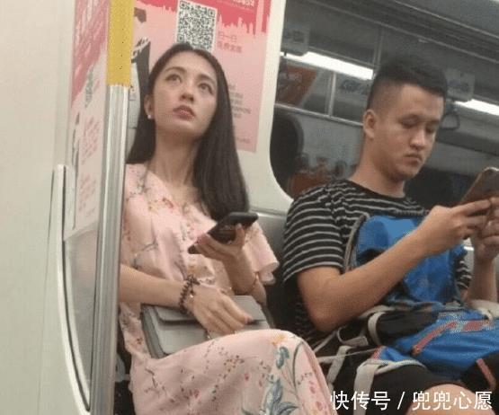 """『地铁』""""最美地铁女神""""火了,裙子薄如蝉翼,网友:还能开叉的?"""