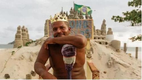 """世界上""""最落魄的国王"""",领土只有3平米,靠和游客合影生活度日"""