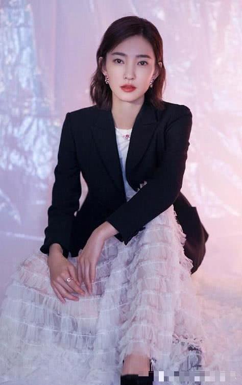 王丽坤初秋穿搭好气质,条纹毛衣配黑纱裙
