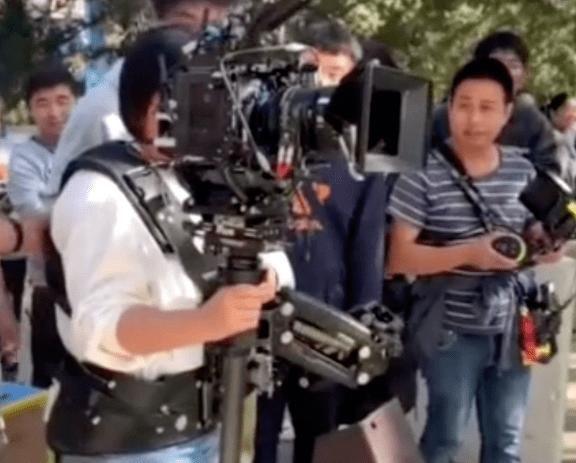 贾玲片场化身摄影师,背10斤器材亲自上阵,大喊:扶住我