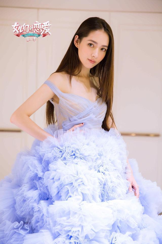 35岁郭碧婷穿三套婚现身节目,羽毛裙仙气,紫裙个性,太吸睛了