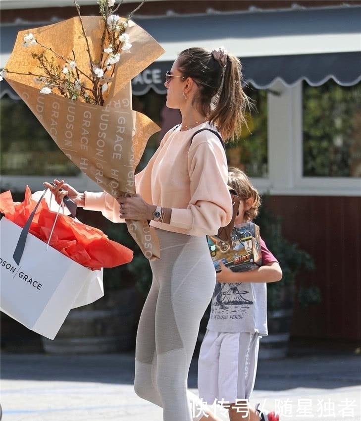 超模AA街头购物,粉卫衣搭健美裤哪像38岁,儿子潮衣抢走妈妈风头_【快资讯】