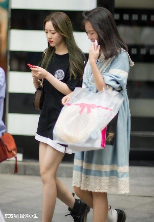 重庆美女时尚街拍,小姐姐腿上有只猫哦!