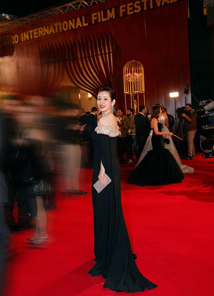 气质女神!秦海璐亮相开罗国际电影节红毯 穿黑拖尾裙尽显优雅