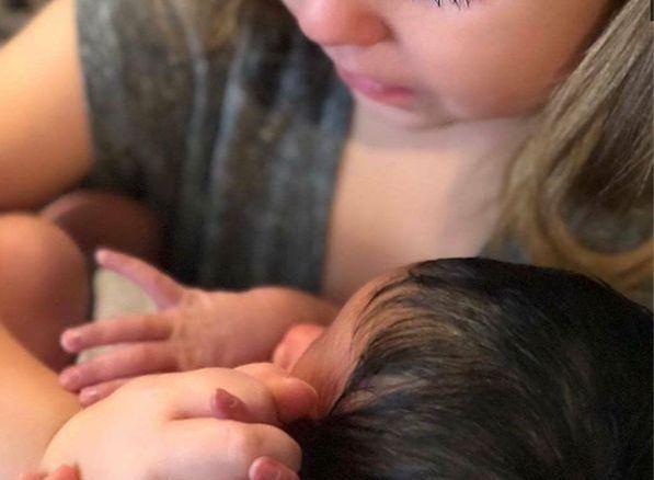 妈妈为姐姐生了个小弟弟,姐姐首次看到小弟弟的画面,超暧化人心