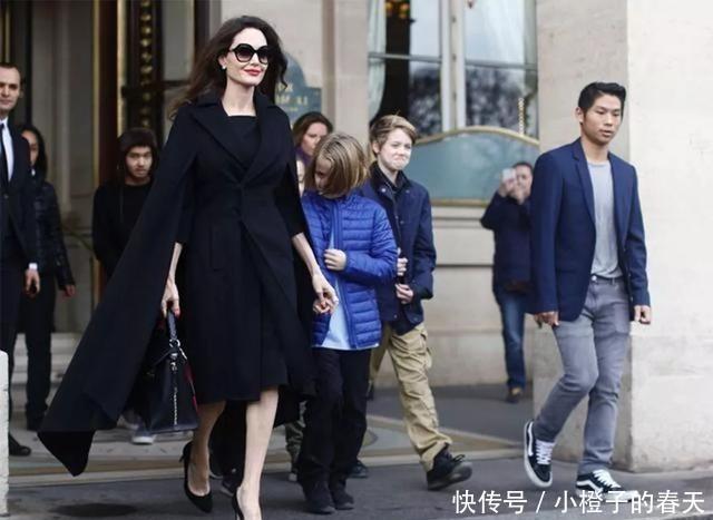 <b>朱莉带6个儿女出街,妈妈黑色斗篷气场开挂,小女儿娇羞躲在身后</b>