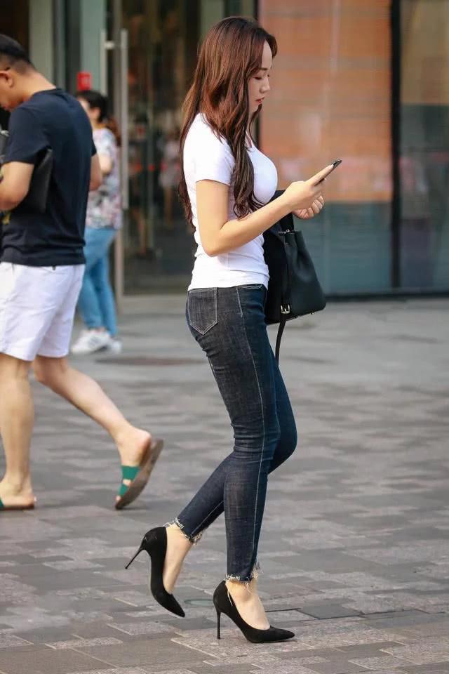 """路人街拍:爱上小姐姐们的""""贴心""""穿搭,有一种舒适悠闲的魅力!"""