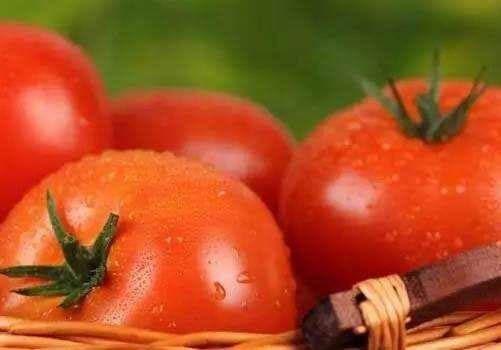 【搞定】给西红柿去皮不需开水烫,保姆教个去皮方法,几分钟就能搞定