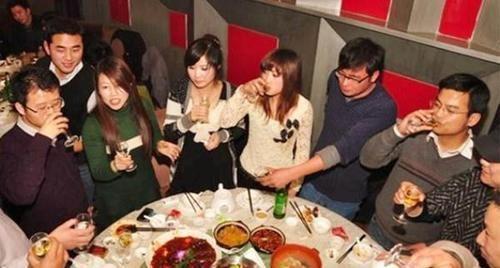 菜单:当别人请你点菜时, 不要傻乎乎地接过菜单, 直接点菜, 容易闹笑话!