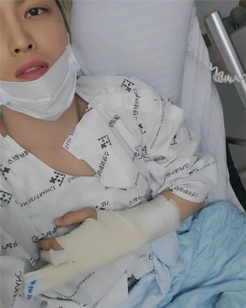 金在中传达手指受伤消息 表示对演唱会无影响