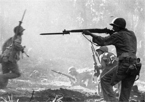 「傻子」为什么拼刺刀时敌方会配合,而不是拿枪扫射?不要以为都是傻