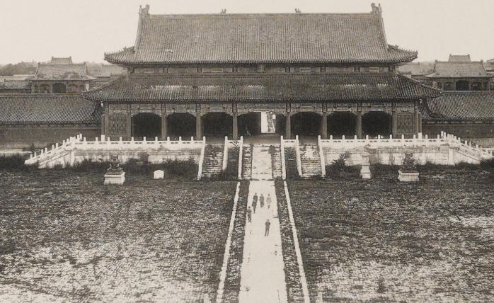 「晚清时期」晚清时期的紫禁城:被慈禧太后所抛弃,目光所及满是杂草,让人气愤又心痛!