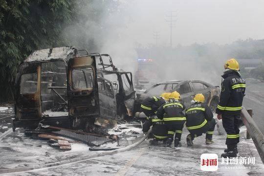 内江威远两车相撞突起火目前火势已完全扑灭