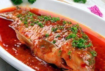 『芽菜』以猪肉、芽菜配之,去除了鱼腥味,让这道干烧鲫鱼味道更佳丰富!