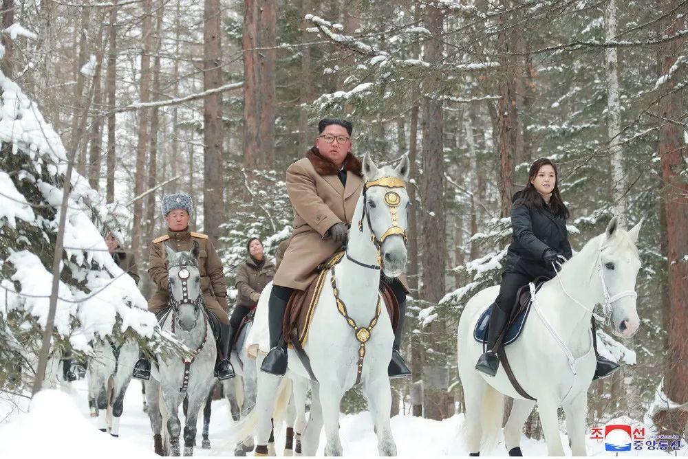 踏白雪骑白马登白头山,金正恩将做重大决策