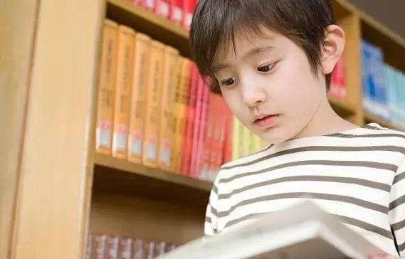 『教室』在同一个教室学习,学霸成绩考第一,为何你的成绩就是提不上去?