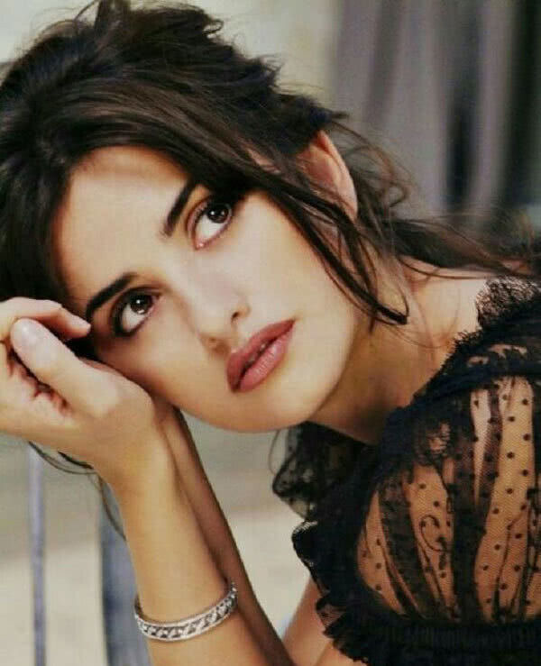 """45岁西班牙女神穿""""婚纱"""",闪耀威尼斯电影节,皱纹明显也超美"""