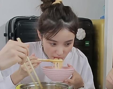 虞书欣要请Lisa吃螺蛳粉时,镜头切换到赵小棠,表情让人难以捉