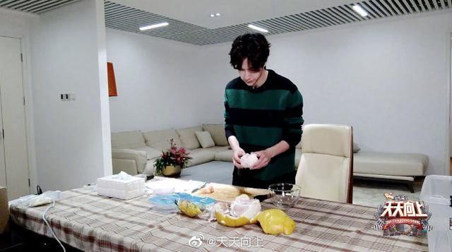 """『小白』三八节""""天天兄弟""""为妈妈们做饭,""""厨房小白""""王一博教你搞定手撕鸡"""