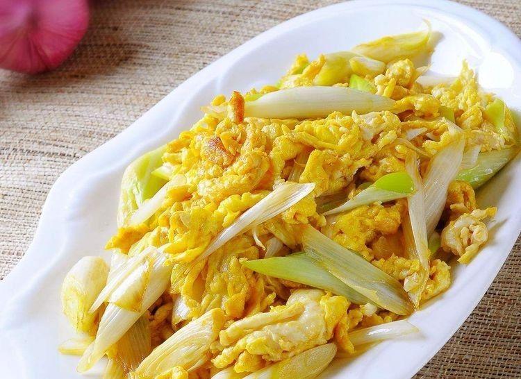 「鸡蛋液」炒鸡蛋的这种做法火了,搭配上葱花,简单几步,鸡蛋鲜嫩又松软
