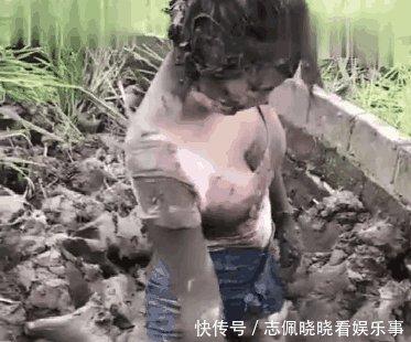 女子下田捉泥鳅, 结果把自己弄成这样, 网友 重点不是捉泥鳅
