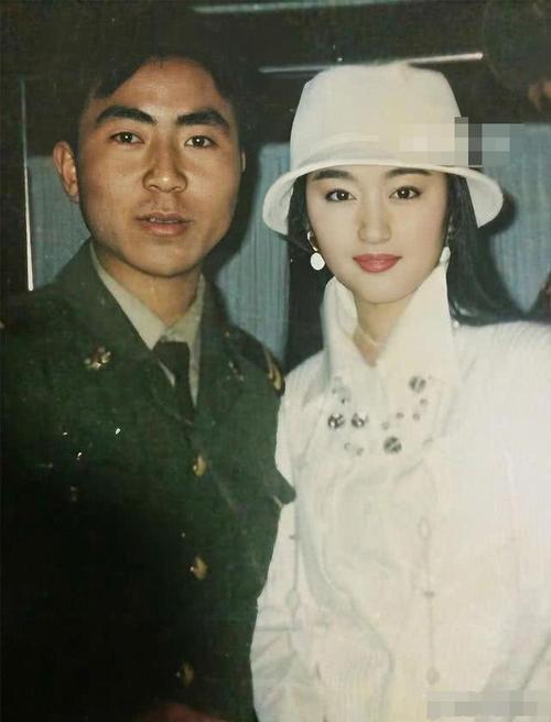 48岁杨钰莹罕见露面,一身红西装美到认不出 热点 热图4