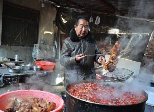 「过程」河南60岁的小镇卖猪蹄。很多人开车100英里去吃饭!很好吃