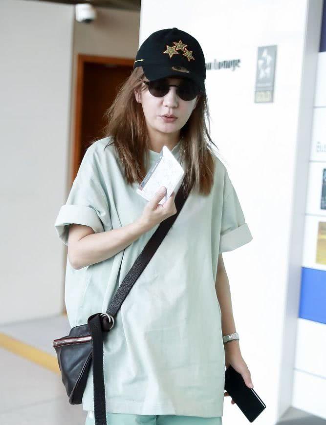 43岁赵薇简洁休闲装扮嫩,手持飞机票挡脸躲镜头,行色匆匆亮相