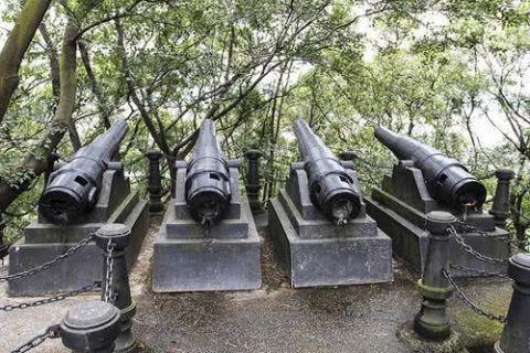 三合土结构,呈凹形,配置旧式火炮,文物保护单位.福建马限山炮台