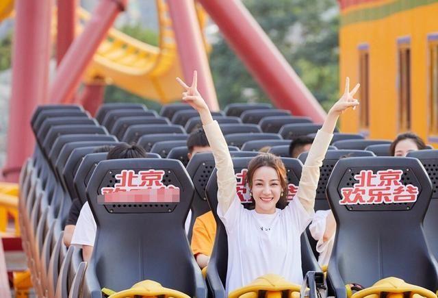 迪丽热巴穿防晒衣与白T游玩游乐园,温柔又少女,十分的可人