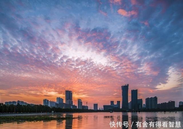 家住洛阳开元湖畔,高楼大厦雄伟壮观,朝朝暮暮都是美景